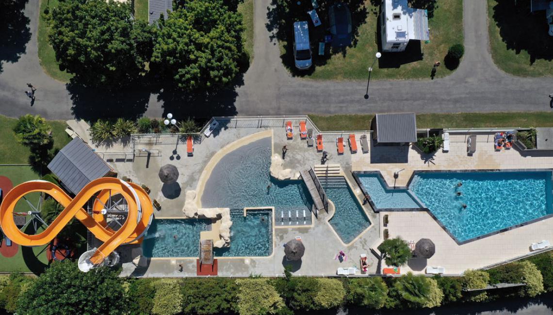 Vista aérea del parque acuático en el Camping la Bergerie
